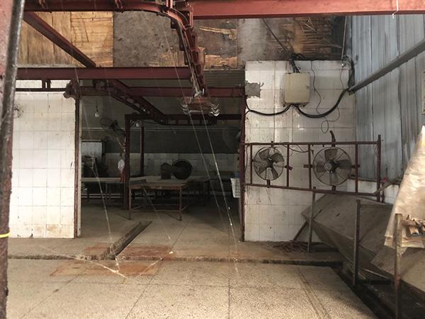 常年没人望管,厂房机器上众处结着蜘蛛网。
