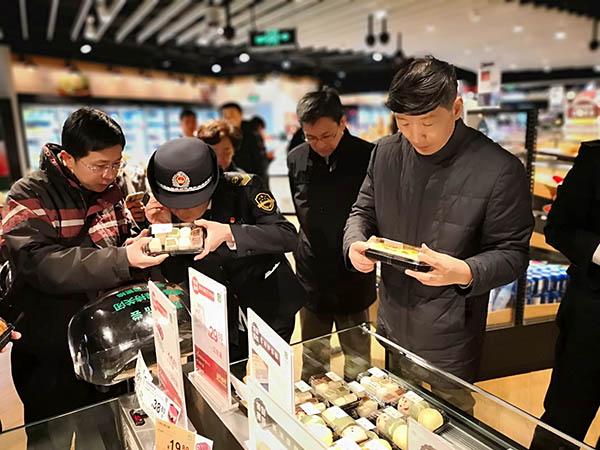 陈学军带队检查超市现制现售食品。 上海市市场监督管理局供图