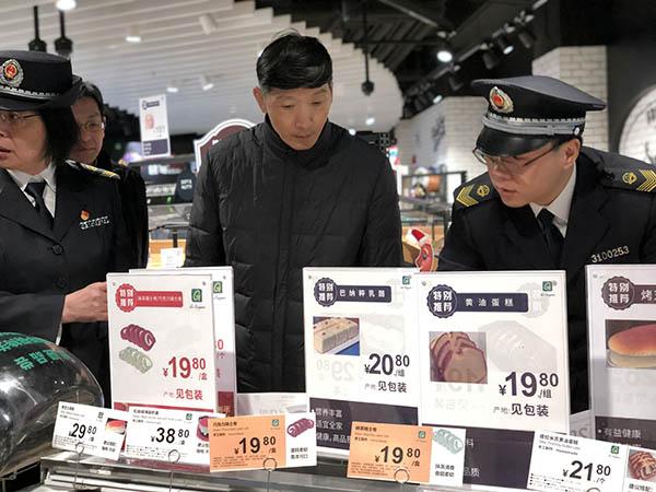 陈学军检查超市现制现售蛋糕。澎湃讯休记者 邹娟 图