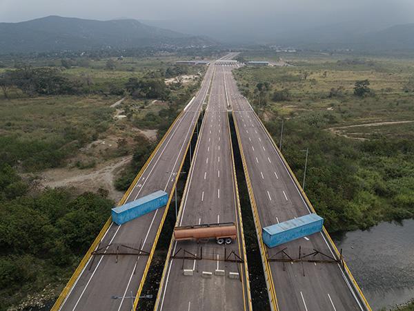 当地时间2019年2月6日,哥伦比亚库库塔,委内瑞拉军方在委方一侧封锁委内瑞拉与哥伦比亚的边境桥提恩迪塔斯大桥。 视觉中国 图