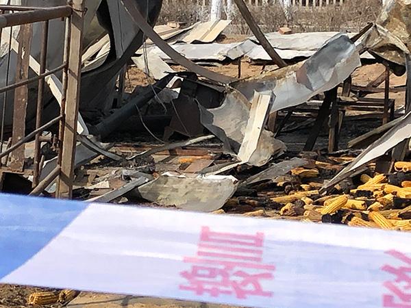 遇难者居住的彩钢房中有一个铁炉子。 澎湃新闻记者 王健 图