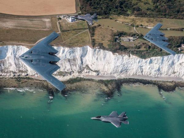 2架英军F-35B隐身战机与2架美军B-2轰炸机编队飞越多佛海峡。