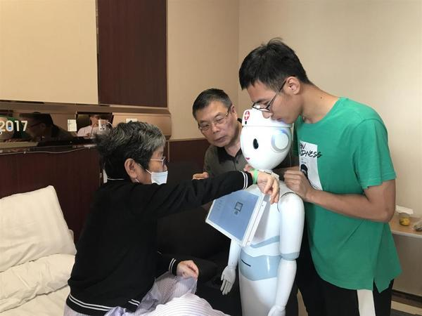 """""""医院银行联手 上海首个智慧住院床旁服务机器人上岗"""