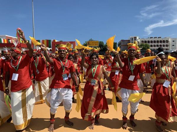 印度民众载歌载舞迎接习近平主席。新华社记者申宏摄