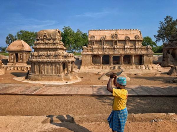 10月8日,印度工人正在五战车神庙为迎接习近平主席来访做准备。新华社记者申宏摄