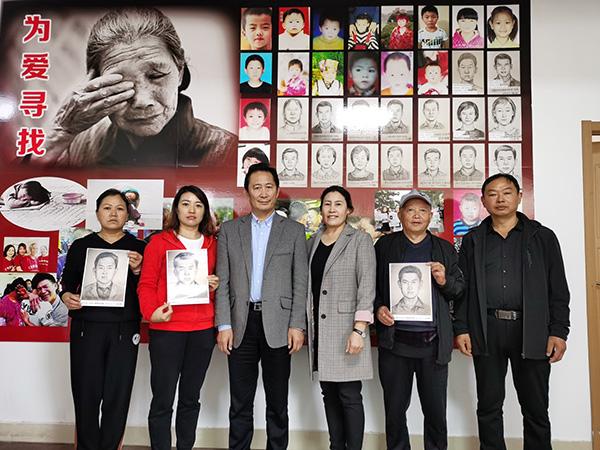 林宇辉夫妇与前来求助的几名被拐儿童家长合影。