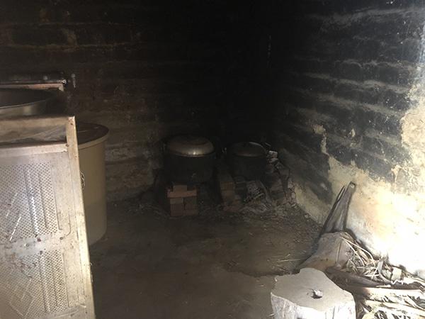 小文一家用柴火做饭,厨房一角已被熏黑。