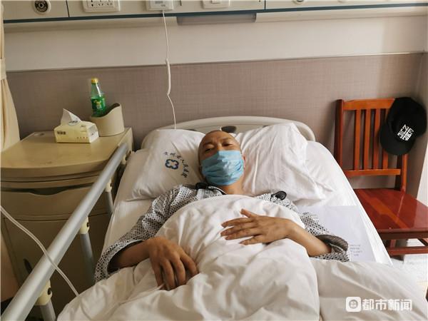 在省医血液科治病的徐良凡老师 本文图片均来自都市新闻APP