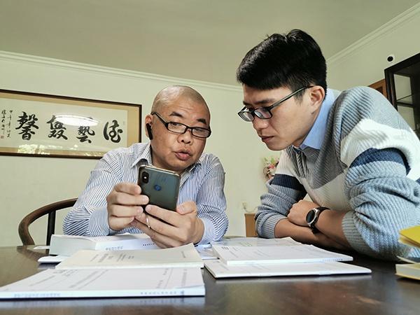 郭兵向记者展示小善公益自制的无障碍测评小程序。
