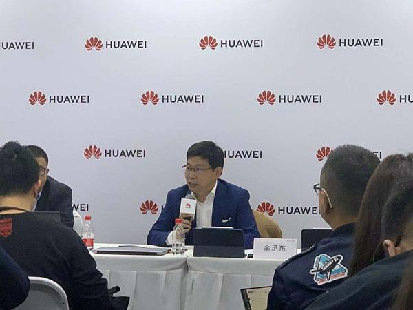 华为消费者业务CEO余承东在发布会后接受记者采访 澎湃新闻记者 周玲 摄
