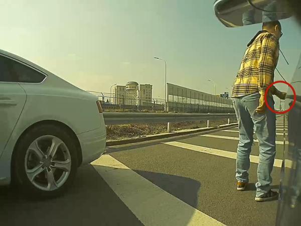 嫌疑人在高速上逼停目标车辆制造碰擦假象。