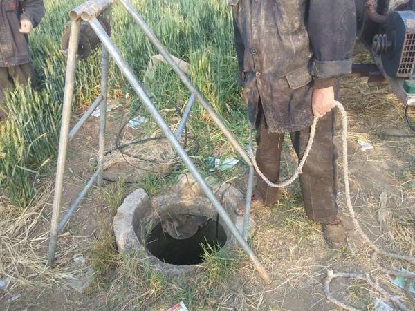 村民浇地不慎掉入井中,漯河民警2次倒挂入井将其救出