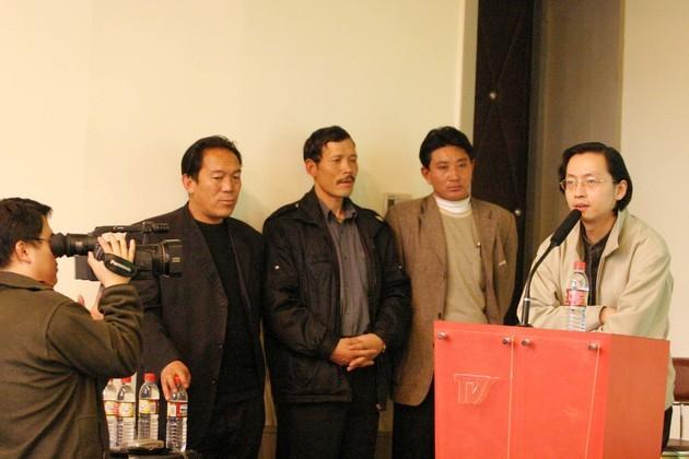2004年,彭辉与《可可西里》影片野牦牛队队员原型在一首(图片来源:东方IC)