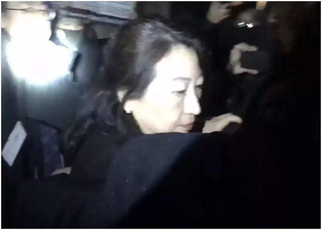 △香港特区政府律政司司长郑若骅遭遇暴徒包围,在混乱中跌倒,后被护送离开。