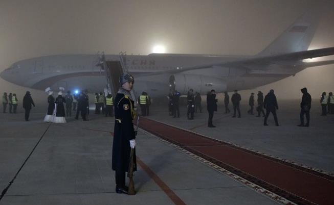 俄罗斯总统普京的专机在吉尔吉斯斯坦首都机场降落(图源:俄罗斯卫星通讯社)