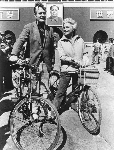 1974年,老布什与他的妻子芭芭拉骑自走车经过北京天安门。