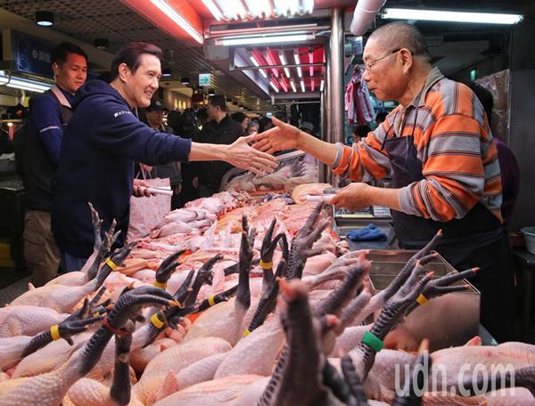 马英九(左)今天到兴隆市场买菜,并发放春联给摊商与买菜民众。(图片来源:台湾《联合报》)