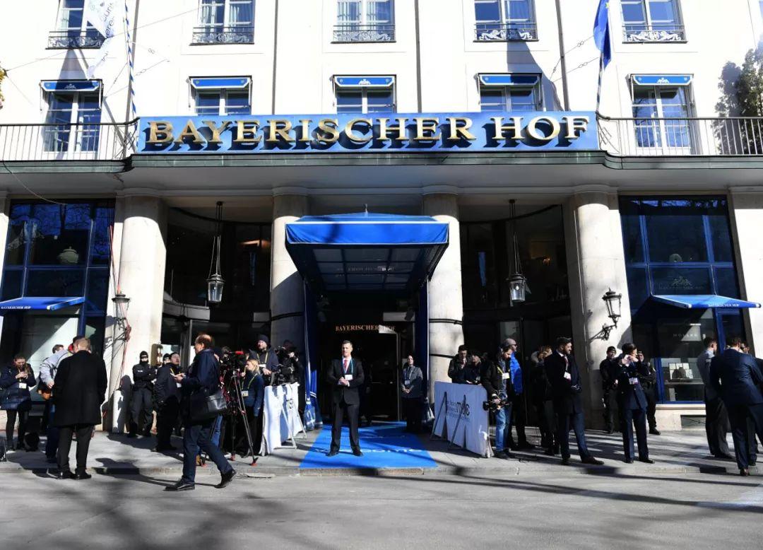 """这是2019年2月15日在德国慕尼黑拍摄的慕安会举办地巴伐利亚庄园酒店。学术界,会议首次向中东欧国家和商界代表开放,回应国际社会的高度关注,在英国伦敦,推动共同应对疫情的国际合作,慕安会被称作西方的""""家庭聚会""""。中东局势、""""西方""""的意义如今正受到越来越多质疑。英国正式脱离欧盟。新华社记者 逯阳 摄"""