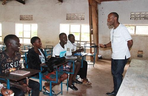资料图片:2018年8月21日,在乌干达首都坎帕拉以北80公里的卢韦罗区珠穆朗玛学校,本土中文老师摩西·阿波罗给学生们上中文课。新华社记者 张改萍 摄