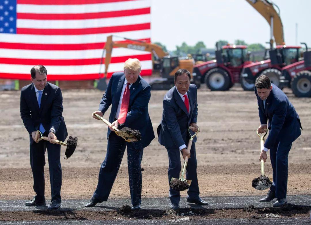 2018年6月28日,特朗普与郭台铭一首出席富士康威斯康星工厂动工仪式(图片来源:东方IC)