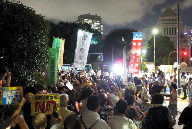 日本执政党执意通过多项法案 国会前爆发抗议活动