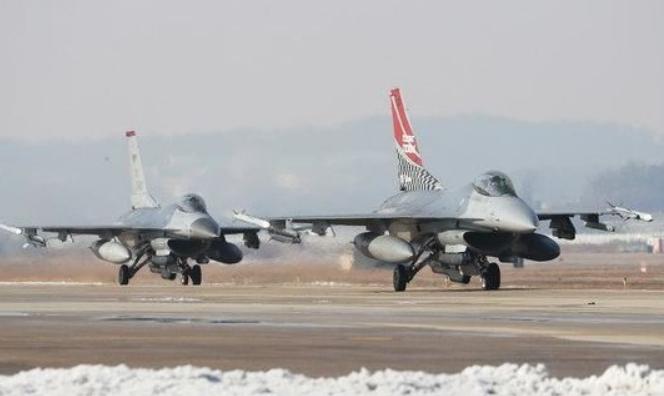 资料图:韩国乌山基地的美军F-16战机(《中央日报》)