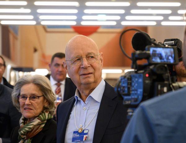 世界经济论坛创始人兼执行主席克劳斯·施瓦布20日携夫人参观达沃斯会议中心(法新社)
