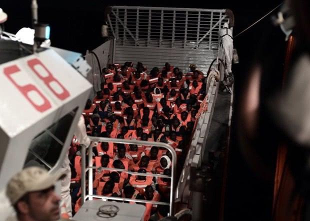去年6月,意大利曾拒收一艘载有600余名难民的船只 图自视觉中国