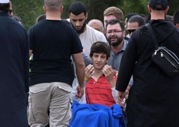 13岁的扎西德参加父亲和哥哥的葬礼(图源:法新社)