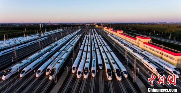 图为中国铁路哈尔滨局集团有限公司管辖高铁动车组。(哈铁提供)