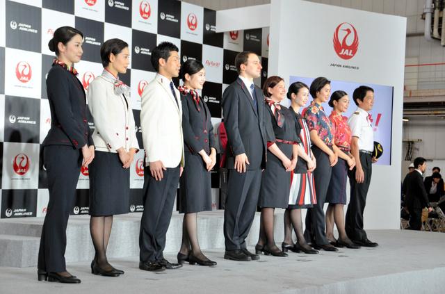 日本航空的新制服仍然要求女性穿带跟皮鞋(朝日新闻)