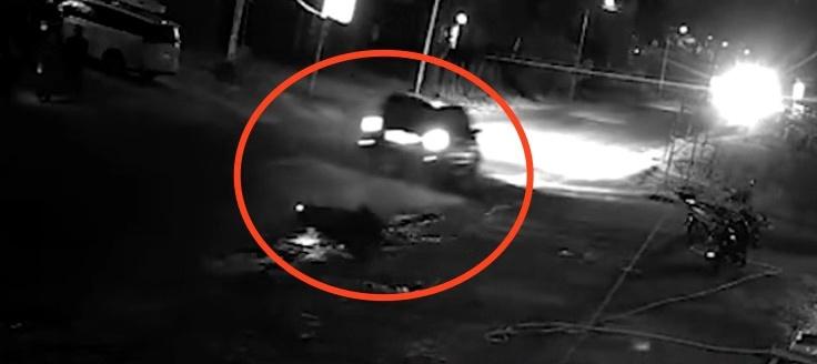 约5分钟后,一辆轿车从老人身上辗轧驶过。监控截图
