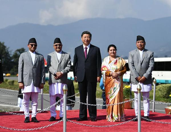 当地时间10月13日中午,国家主席习近平离开加德满都启程回国。尼泊尔总统班达里在机场为习近平举行隆重欢送仪式。尼泊尔副总统普恩、总理奥利、联邦议会联邦院主席蒂米尔西纳、所有内阁成员、军方高级将领参加。新华社记者谢环驰摄
