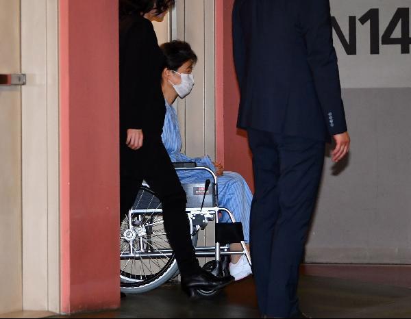 9月16日,樸槿惠現身醫院,準備做手術(《朝鮮日報》)