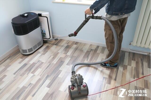 有线吸尘器拖着长长的电源线行动不便