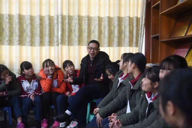 ▲这是范钦刚(左五)与蒿坝镇中心校女子篮球队队员会谈(2018年12月8日摄)