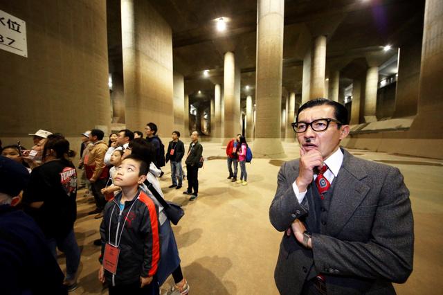 """民众正在参观""""地下宫殿""""(《朝日新闻》)"""