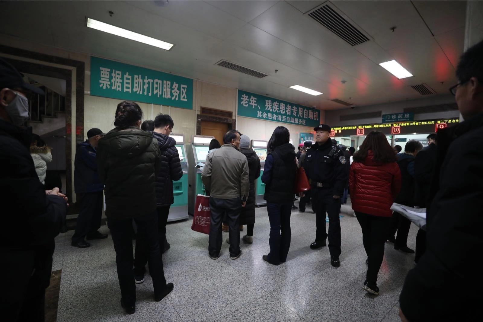 民警在同仁医院内巡视。新京报记者 王飞 摄