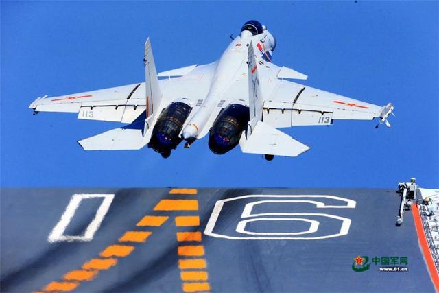 港媒称中国海军稳步提升战力:歼-15已弹射起飞上万次