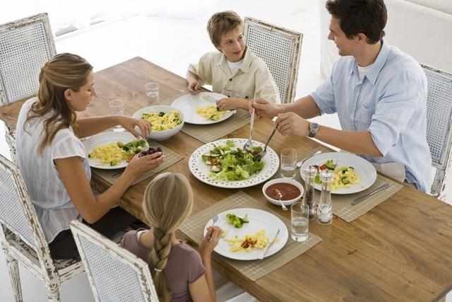 欧美四口之家一餐所需餐具