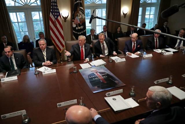 当地时间1月2日,特朗普召开公开内阁会议 图自福克斯信息网