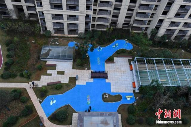 "Changsha, a residential area, plastic artificial lake plastic floor brush blue into an ""artificial lake""? The developer said that the landscape effect was not planned to build a lake"