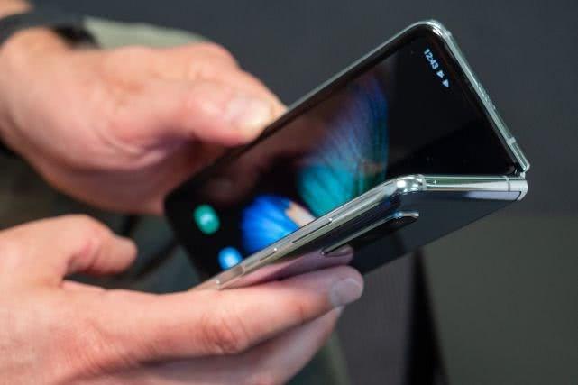 三星折叠屏手机Galaxy Fold将于本月进行发售
