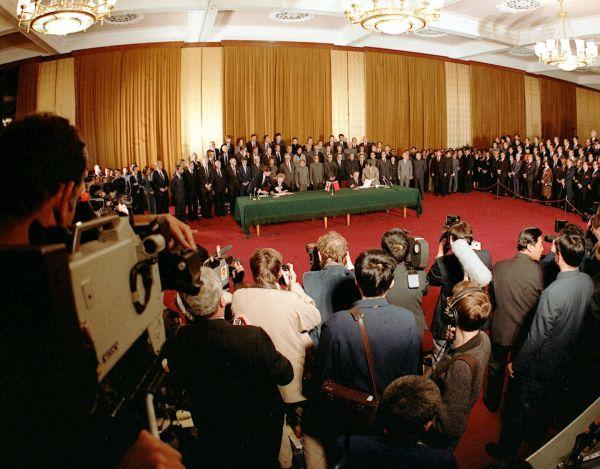 1984年12月19日,中英两国当局关于香港题目的《中英说相符声明》在北京正式签定。(新华社)