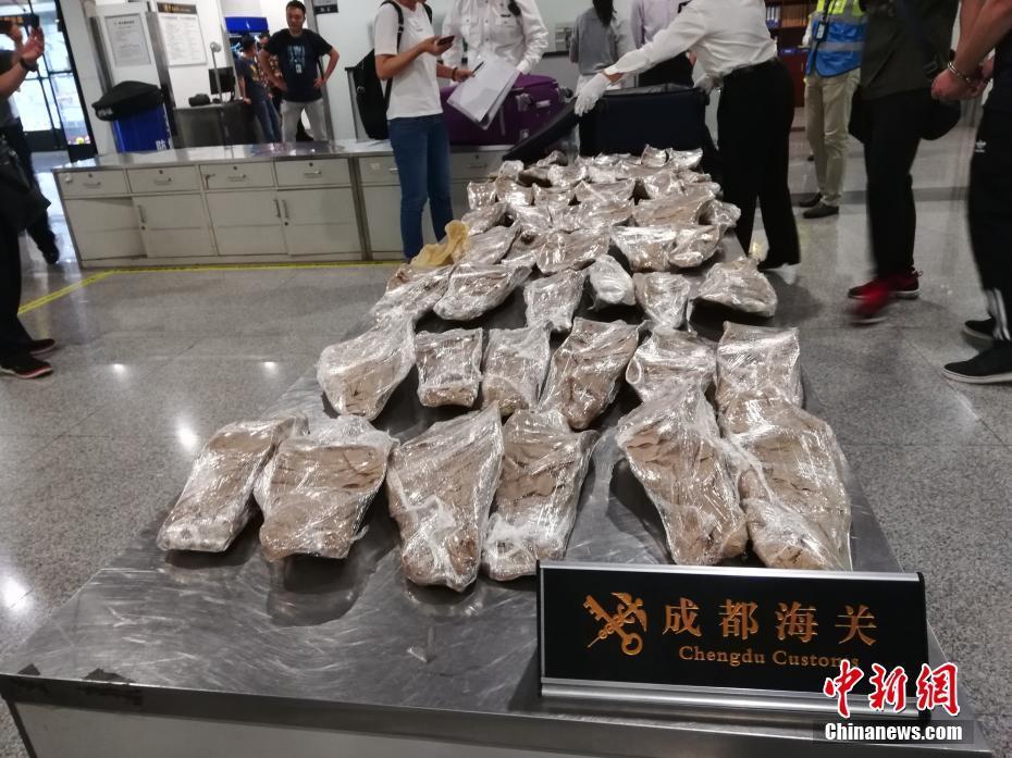 广州地陷3名失联者遗体全部找到,发布会现场全体人员默哀