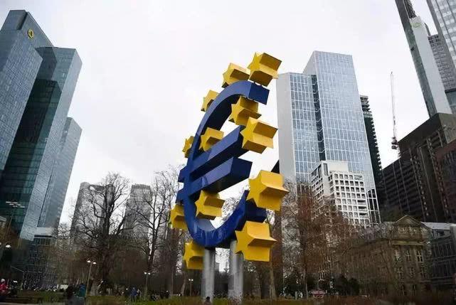 这是2018年12月30日在德国法兰克福拍摄的欧元塔附近的欧元雕塑。新华社记者逯阳摄