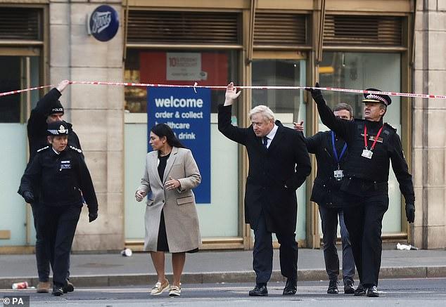 英首相视察伦敦桥恐袭案发地 誓言要严惩犯罪分子