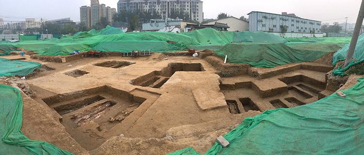 2019年10月20日,景泰地铁站北侧正在挖掘的古墓现场(手机全景模式拍摄)。