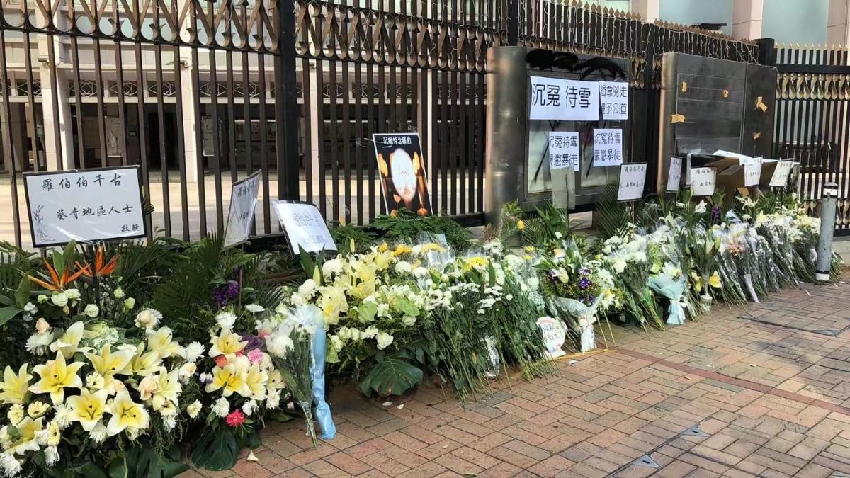 香港市民在罗伯遇害的地方摆上花束