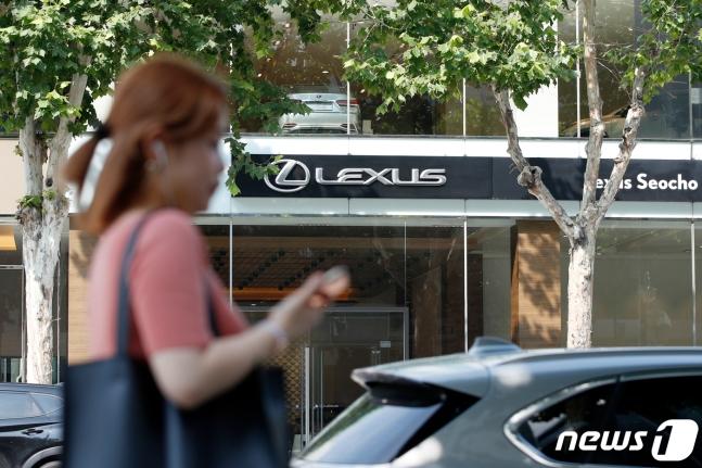 韩国一位女子从日系车店经销店前走过(news 1)